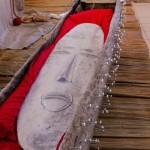 « IN:OUT » aluminium, pirogue en bois de fromager  480cm