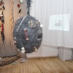 « Pelote de réjection » laine, corde, terre, papier, 60 cm