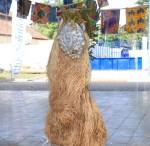 « Masque » aluminium raphia, calebasse, tissu, 160 cm
