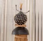 « Sans titre » papier de soie, cauris, calebasse, ruche en paille, 165 cm